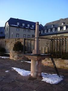 Rekonstruierter Pranger im Innenhof von Schloss Waldeck / Foto: Wikipedia / GDelhay / CC-BY-SA 3.0