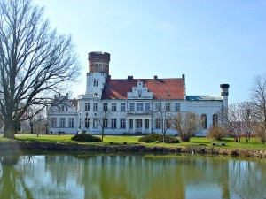 Kunstschloss Wrodow spiegelt sich im Schlossteich / Foto: gemeinfrei