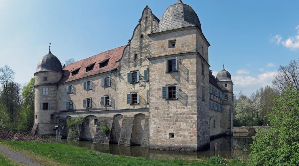 """Auf dem fränkischen Wasserschloss Mitwitz wurde fürs ARD-Weihnachtsmärchen 2014 """"Die drei Federn"""" gedreht / Foto: gemeinfrei"""