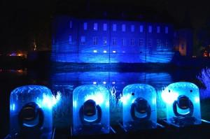Projektoren mit Regenschutz vor Schloss Dyck