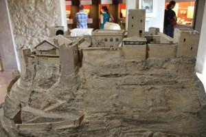 So könnte Burg Canossa zur Zeit der Mathilde von Tuszien ausgesehen haben (Modell im Burgmuseum)