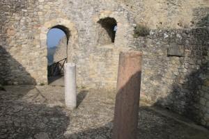 Erhaltener Raum der Burg Canossa: Saß hier Papst Gregor am Kaminfeuer?