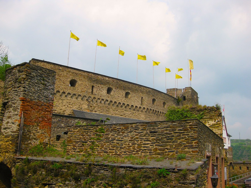 Die wiederaufgebaute Schildmauer
