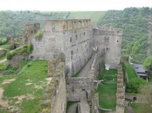 Burg Rheinfels neben Rhein und Weinbergen entstand zunächst als Zollburg.