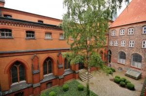 Innenhof des Lübecker Burgklosters - daneben entsteht das Hansemuseum: Bei den Bauarbeiten tauchen immer wieder mittelalterliche Funde auf / Foto: gemeinfrei