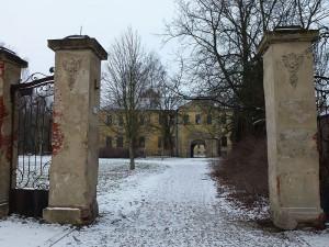 Die Einfahrt zu Schloss Wölkau / Foto: Tnemtsoni / CC-BY-SA 3.0