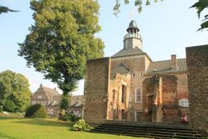 Schloss Hertefeld mit der Burgruine / Fotos: Burgerbe.de