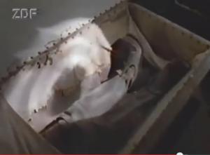 Die Füße des Ritters von Holz stecken noch in seinen Reiterstiefeln / Foto: Terra X / Screenshot Youtube