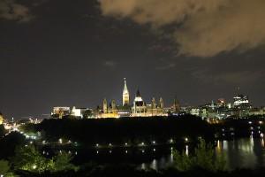 Blick auf den Parlament-Hügel bei Nacht.