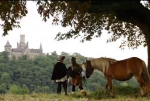 """Blick auf Schloss Marienburg: Schluss-Szene des Revolverheld-Videos """"Lass und gehn"""" / Bild: Screenshot Youtube"""