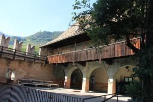 Innenhof von Burg Runkelstein - an der Wand des Arkadengangs im ersten Stock kann man schon Fresken erkennen...