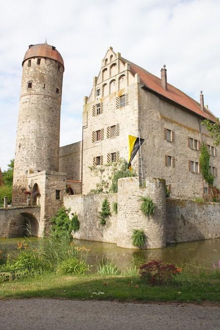 Schloss Sommersdorf in Franken ist bekannt für die Mumien in seiner Gruft / Foto: Wikipedia / Reinhardhauke / CC-BY-SA 3.0 / Foto oben: Tilman2007 / CC-BY-SA 3.0