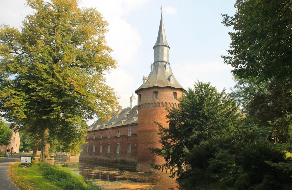 Schloss Wissen: Der wehrhafte Dicke Turm ist ein Wiederaufbau des 19. Jahrhunderts / Fotos: Burgerbe.de