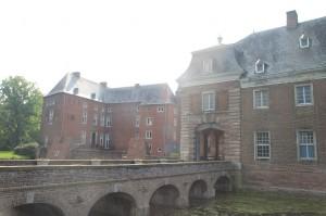 Eine Brücke führt zur Kernburg von Schloss Wissen