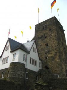 Das Schlosshotel schließt direkt ans historische Mauerwerk an.