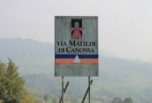 Um die Burg zu finden, folgt man einfach der Via Matilde di Canossa