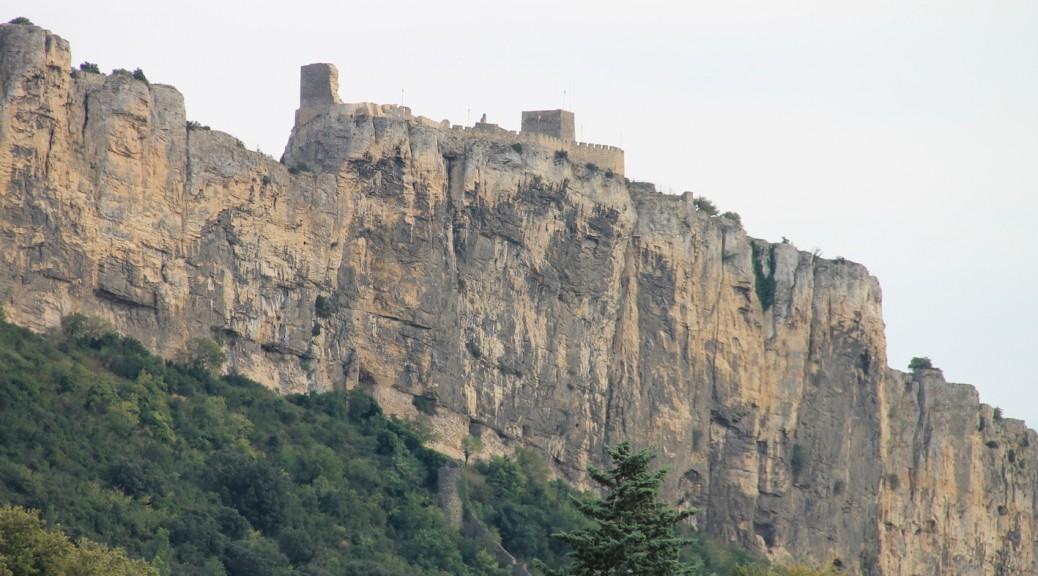 Chateau Mornas von der Autobahn aus gesehen / Fotos: Burgerbe.de