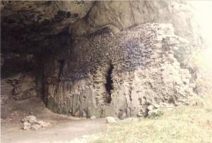 Eine der Höhlen von Burg Loch / Foto: Wikipedia / Burg Loch 02 / CC-BY-SA 3.0