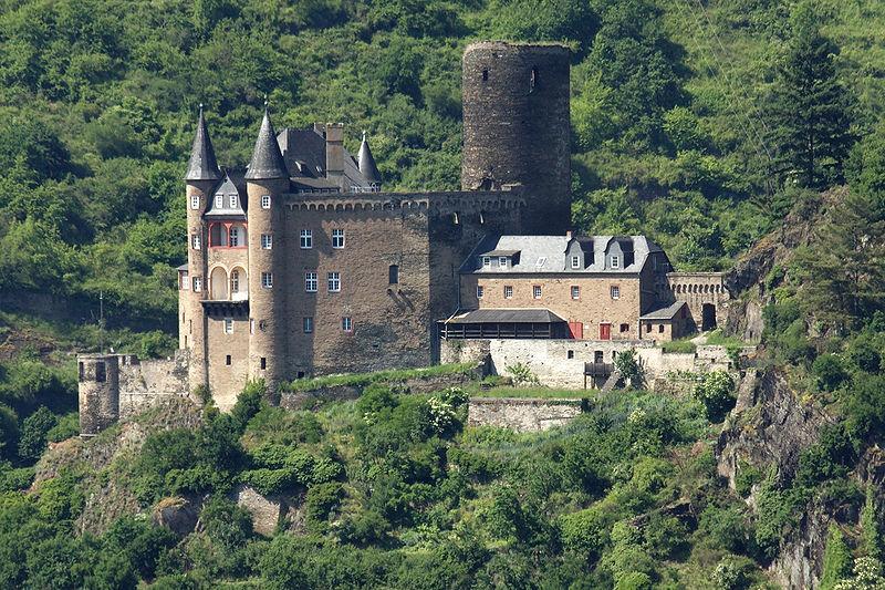 Blick aus Richtung Loreley auf Burg Katz / Foto: Wikipedia / Johannes Robalotoff / CC-BY-SA 3.0