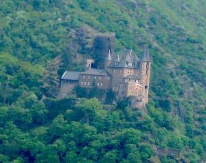 Reichlich Grün: Blick von St. Goar auf Burg Katz / Foto: Burgerbe.de