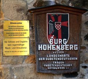 Schild am Eingang der Burg / Zugang zur Burg Hohenberg / Foto: Wikipedia / Richard Huber / Lizenz: CC-BY-SA 3.0