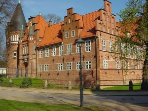 Schloss Bergedorf mit seinem neogotischen Turm / Foto: Wikipedia / Reinhard Kraasch