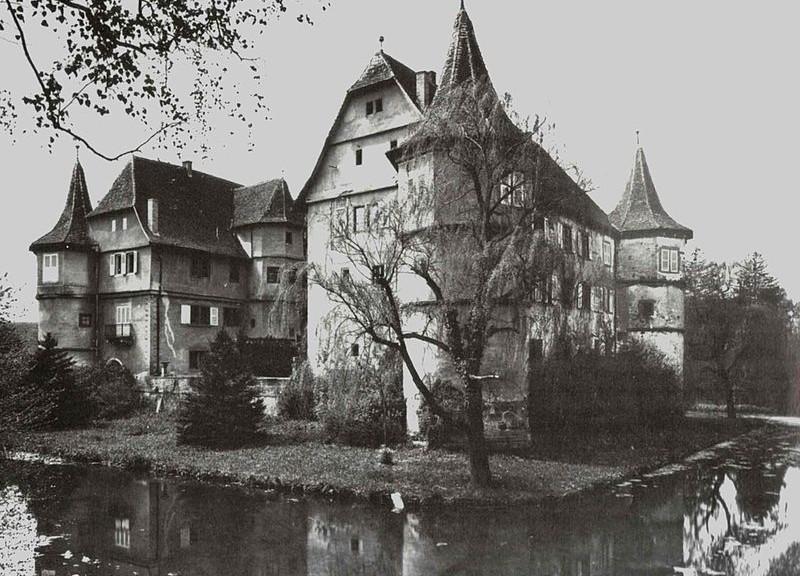 Das Wasserschloss Menzingen wurde in den letzten Kriegstagen durch einen Jagdbomberangriff zerstört / Foto: Castellan / Gemeinfrei
