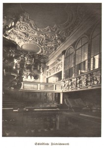 Blick in die Schlosskirche mit ihren Stuckdecken im Jahr 1934 / gemeinfrei