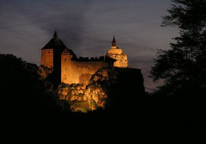 Abends wird Burg Hohenstein angestrahlt /  Foto: Wikipedia / Klaus M. (Mikmaq) / CC-BY-SA 3.0
