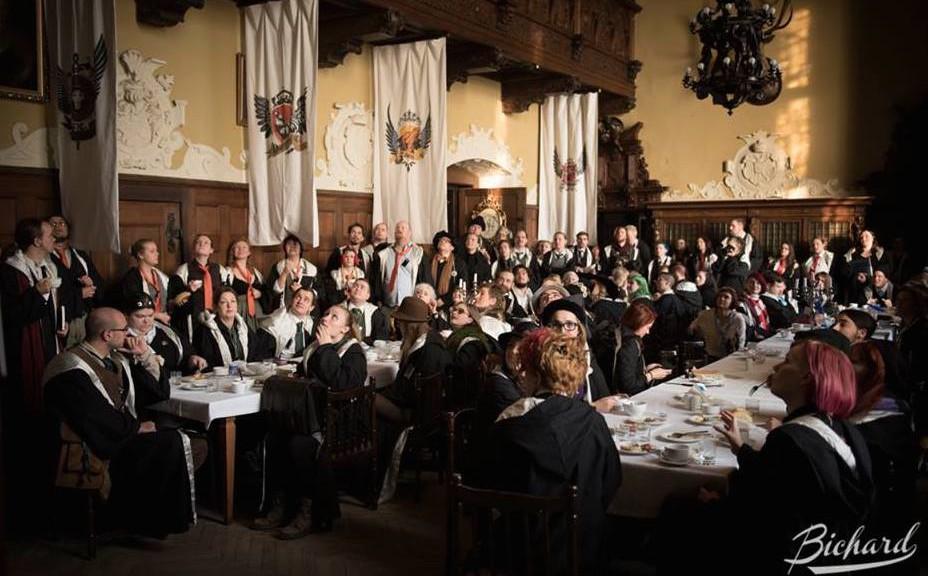 Mehr Infos auf http://www.burgerbe.de/2014/12/24/hogwarts-auf-burg-tzschocha-in-polen-nachgespielt-21027/