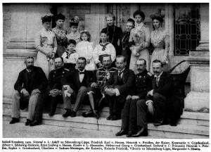 Kaiser Wilhelm II. beim Familientreffen auf Schloss Friedrichshof im Jahr 1900 / Foto: Hoffotograf T. H. Voigt / Gemeinfrei