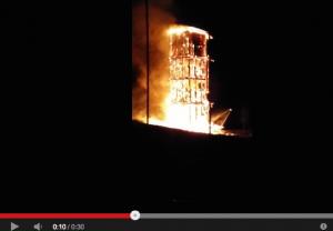 Der Aussichtsturm des geplanten Neuen Schlosses ist abgebrannt / Bild: Screenshot Youtube