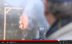 Ein Pechkranz im Experiment: Mehl verstärkte die Brandwirkung / Bild: Screenshot Youtube
