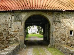 Einfahrt zum Wasserschloss Reelkirchen / Foto: Wikipedia / Nikater / CC-BY-SA 3.0