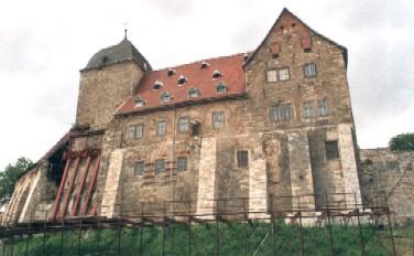 Die Runneburg, noch mit Stahlstützen am Wohntumr (links) / Foto: gemeinfrei