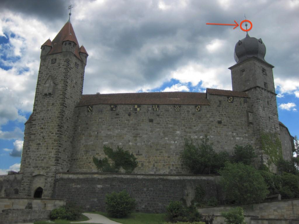 Veste Coburg: Bei Renovierungsarbeiten wurde die Hohlkugel unter der Wetterfahne des Blauen Turms geöffnet / Foto: Burgerbe.de