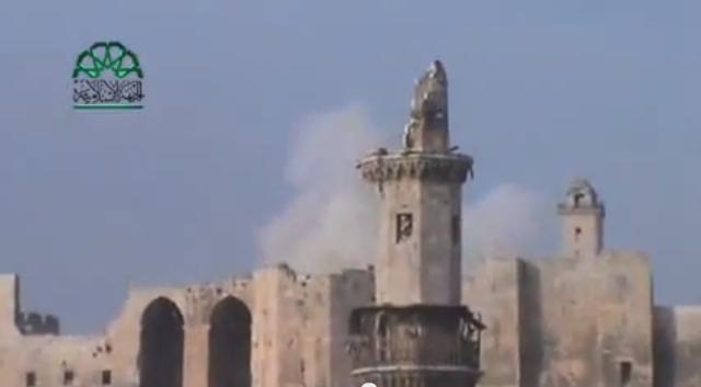 Die Zitadelle von Aleppo nach einem Treffer (im Vordergrund ein beschädigtes Minarett) / Screenshot YouTube