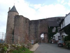 Heute kann man in der Bertradaburg Ferienwohnungen mieten / Foto: Wikipedia / Klaus Graf / CC-BY-SA 3.0