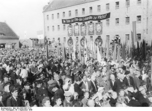 September 1949: Kundgebung des Vereins der Verfolgten des Nazi-Regimes auf Schloss Lichtenburg / Foto: Bundesarchiv, Bild 183-2005-0901-513 / CC-BY-SA 3.0