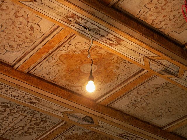 Elektrik vs. Denkmalschutz: Für eine Lichtleitung wurde die historische Kassettendecke von Schloss Schönfeld angebohrt. Foto: Ralf Zimmermann (Schloßgespenst) / CC-BY-SA 3.0