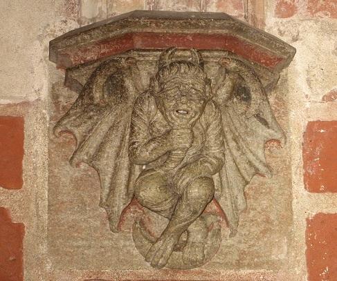 Die Darstellungen an der Fassade sind ... deutlich... Hier eine Dämonen-Figur mit Teufelshörnern