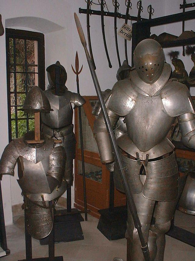Im alten Burgmuseum standen allerlei Rüstungen / Foto: Wikipedia / Sir Gawain / CC-BY-SA 3.0