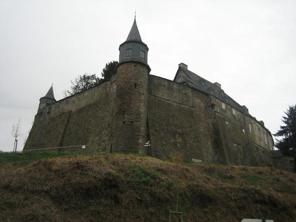 Sieht noch wehrhaft aus: Schloss Hohenlimburg / Fotos: Burgerbe.de