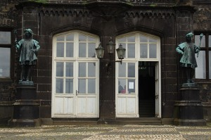 Zwei fristgerecht in Berlin hergestellte Herold-Figuren bewachen den Eingang / Foto: Wikipedia / kai-uwe.fischer / GFDL