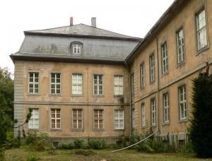 Mittelbau und Seitenflügel / Foto: Wikipedia / Axel Hindemith / CC-BY-SA 3.0
