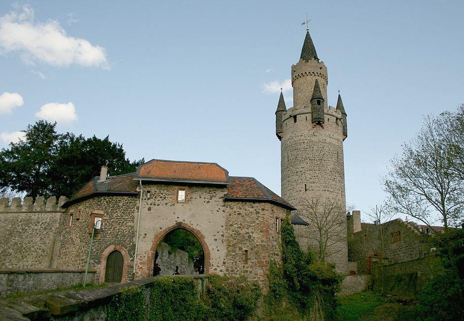 Nordtor der Burg Friedberg und der Adolfsturm / Foto: Wikipedia / Haselburg-Müller / CC-BY-SA 3.0