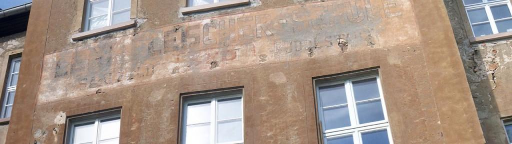 "2009 war der Schriftzug  der SED-""Leni-Fleischer-Schule"" noch an der Schlossfassade sichtbar / Foto: gemeinfrei"