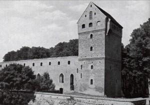 Burg Balga mit wiederhergestelltem Wartturm im Jahr 1931 / gemeinfrei