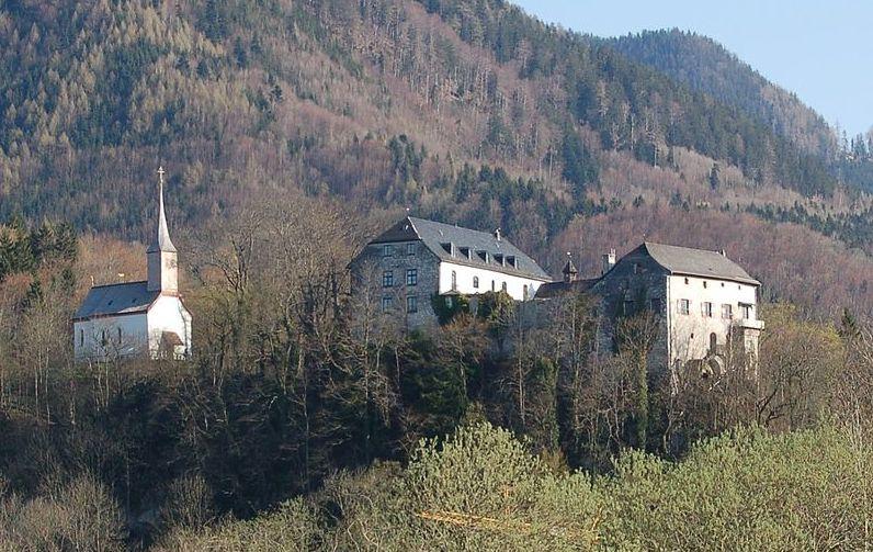 Burg Marquartstein über dem gleichnamigen Ort südlich des Chiemsees / Bild: gemeinfrei