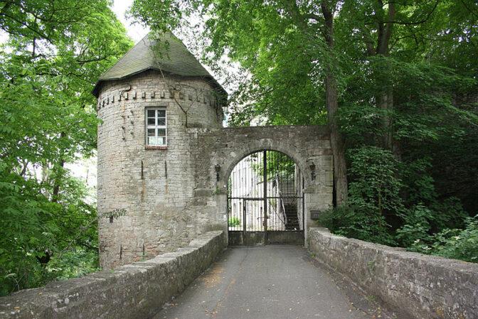 Das Tor zur Burg Gleichenstein / Foto: Wikipedia / MacElch (Rainer Kunze) / CC-BY-SA 3.0